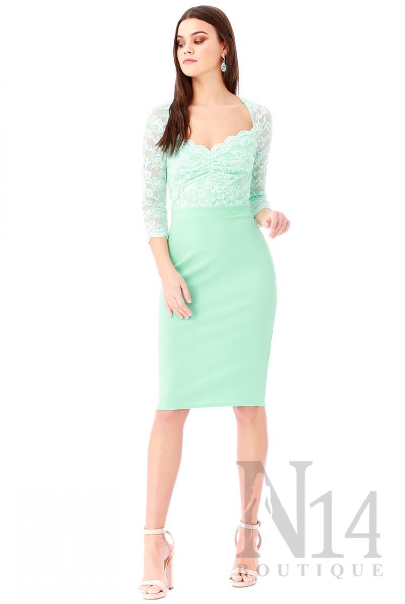 Елегантна рокля по тялото със сърцевидно деколте