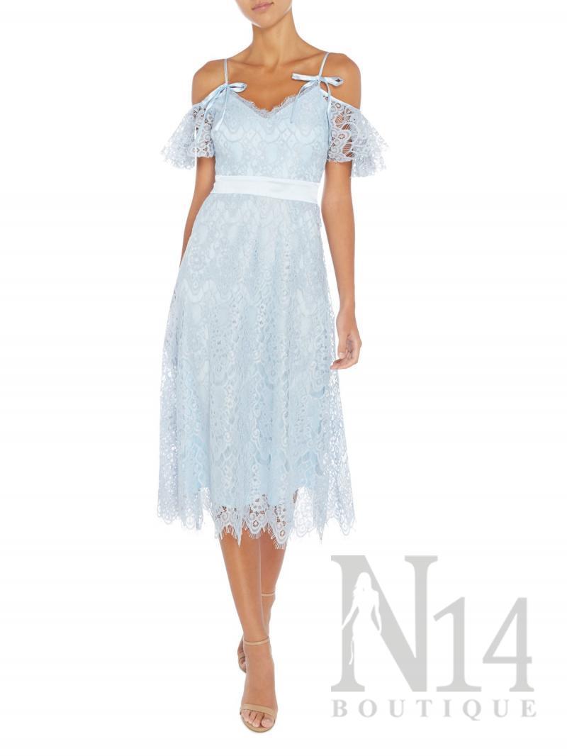 Дантелена рокля в небесно синьо с паднали рамене