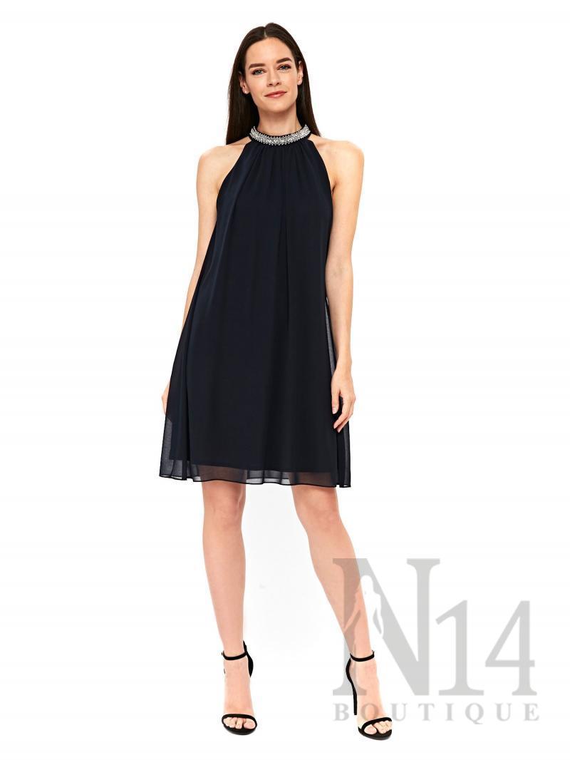 Разкроена рокля в тъмно синьо с детайл около врата