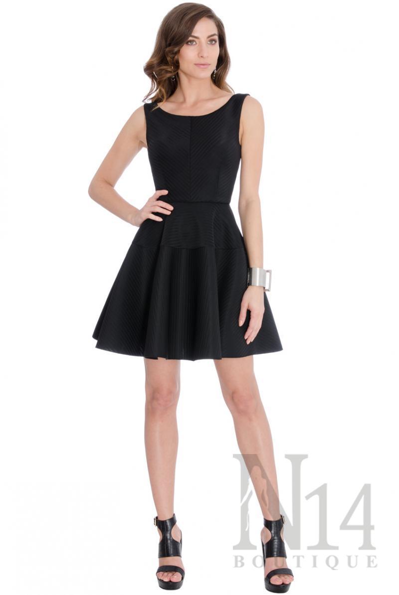 Къса черна рокля с разкроена  пола