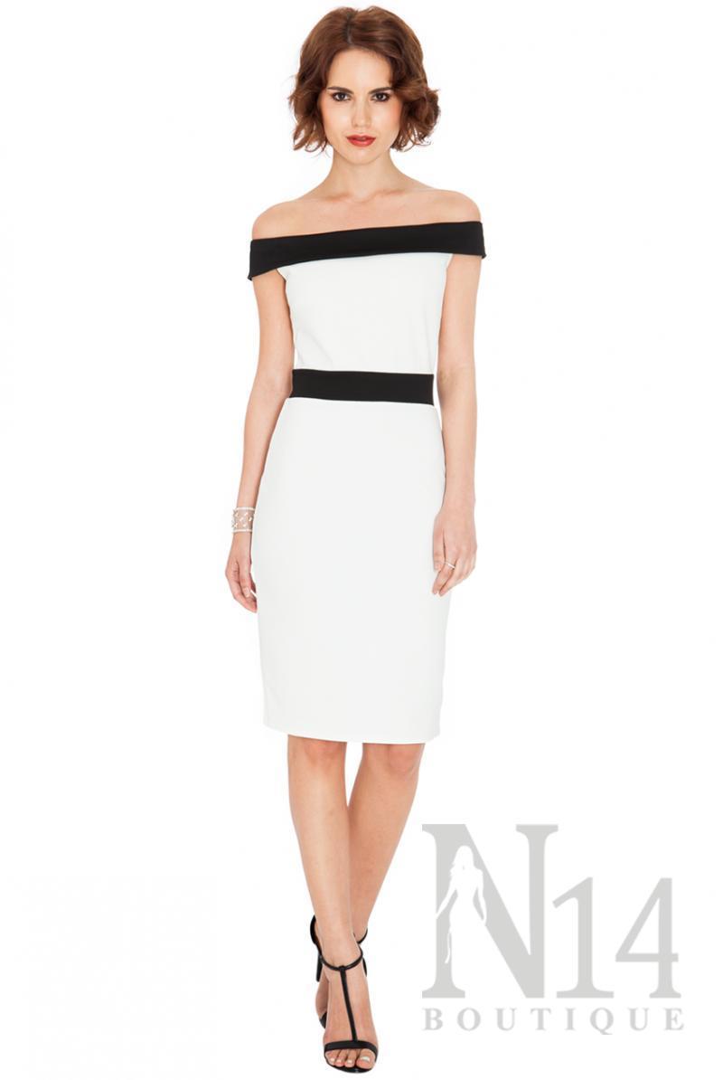 Къса рокля в бяло с паднало рамо