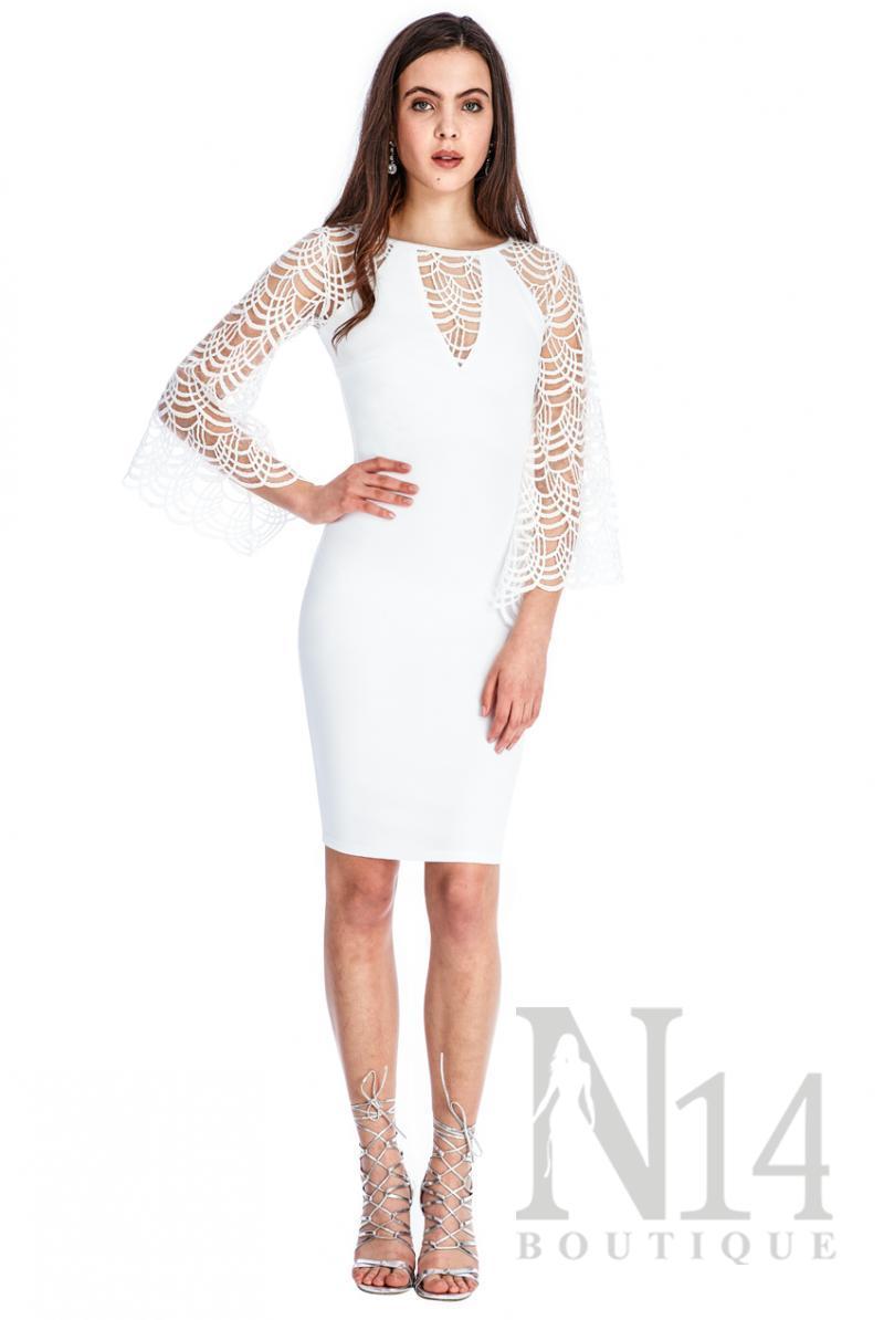 Kъса рокля в бяло с дантелени ръкави