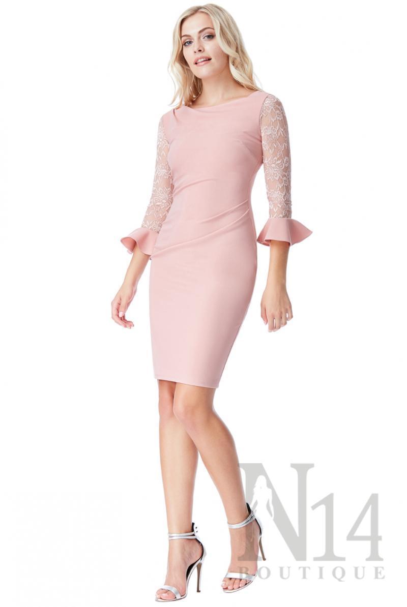 Къса рокля в бледо розово с дантелени ръкави и воал